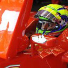 Felipe Massa observa los tiempos desde el 'box'
