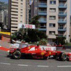 Fernando Alonso llega a la Rascasse en Mónaco