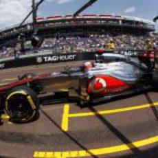 Jenson Button pasa por el 'pit lane' en Mónaco