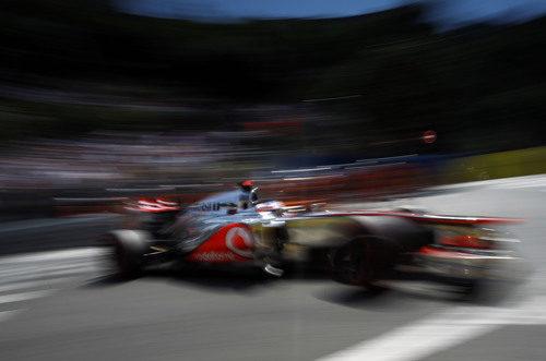 Jensn Button vuela sobre el asfalto de Mónaco