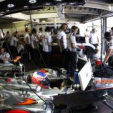 Jenson Button observa los tiempos desde el garaje de McLaren