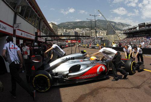 Lewis Hamilton regresa al 'box' de McLaren en Mónaco