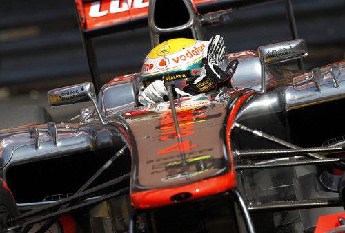 Lewis Hamilton saluda a las gradas desde el coche