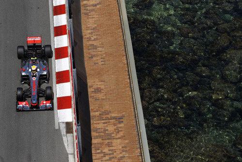 Lewis Hamilton pasa junto al mar en Mónaco