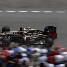 Romain Grosjean pasa junto a los aficionados en Mónaco