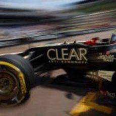 Romain Grosjean abandona el 'box' de Lotus en Mónaco