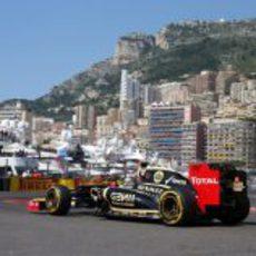 Kimi Räikkönen coge una curva en el circuito de Mónaco