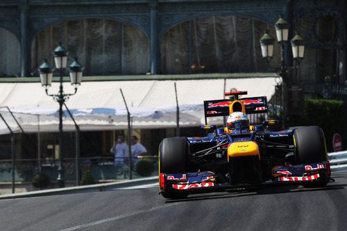Sebastian Vettel rueda sobre el asfalto monegasco