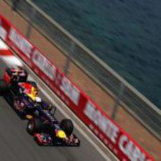 Sebastian Vettel pasa junto al mar de Mónaco