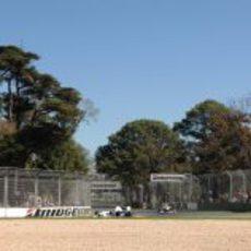 Kubica seguido por un Force India