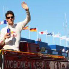 Webber saluda desde un camión de bomberos