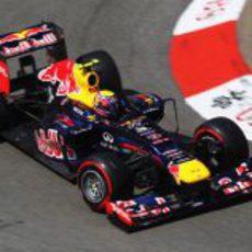 Mark Webber coge una curva en el circuito de Mónaco