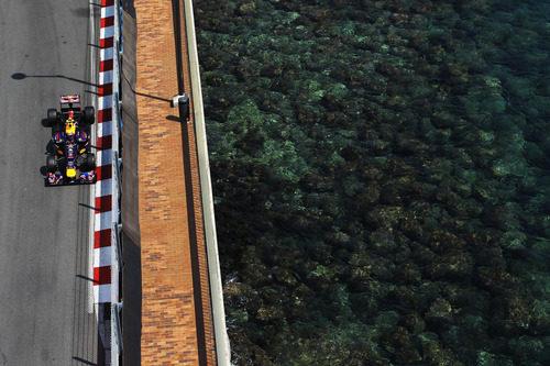Mark Webber pasa junto al mar en Mónaco
