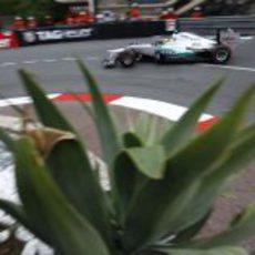 Nico Rosberg toma una curva en Mónaco