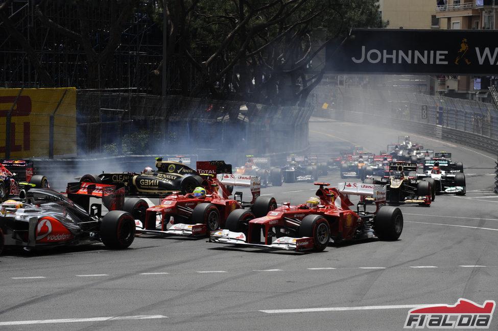 Fernando Alonso adelanta por fuera en la primera curva