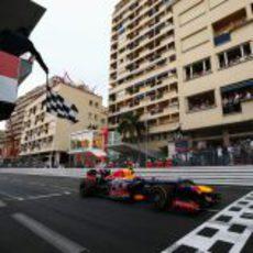 Mark Webber cruza la meta en primera posición en Montecarlo