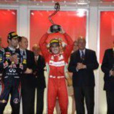 Fernando Alonso levanta su trofeo en Mónaco 2012