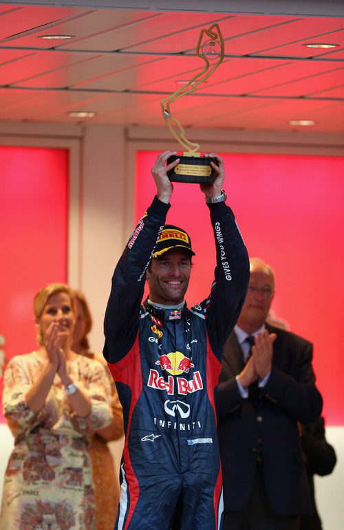 Mark Webber levanta su trofeo en Mónaco 2012