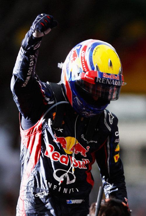 Mark Webber levanta el puño en señal de victoria