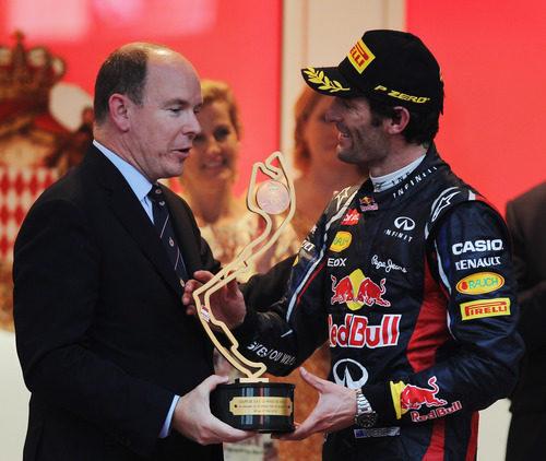 Webber recibe su trofeo de manos del Príncipe Alberto II de Mónaco