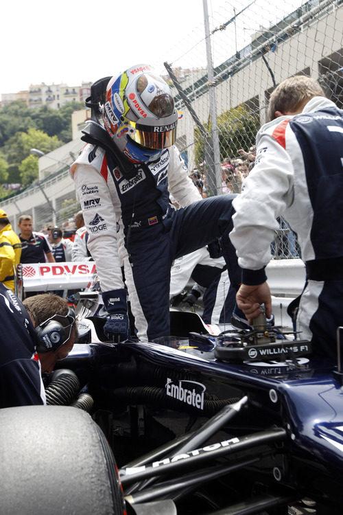 Pastor Maldonado se sube a su coche en Mónaco