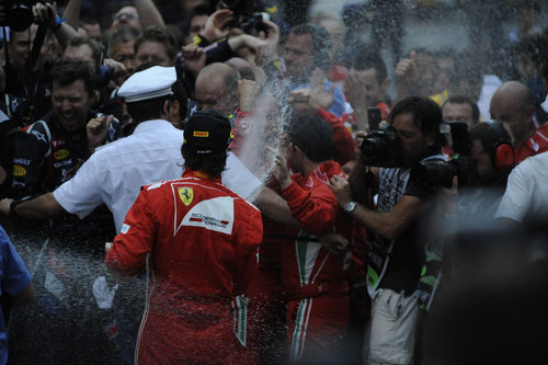 Fernando Alonso empapa a las cámaras en Mónaco