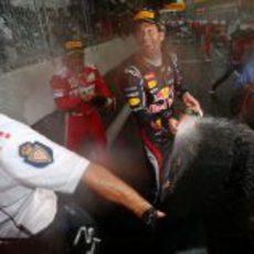 Mark Webber y Fernando Alonso empapan a la prensa en Mónaco
