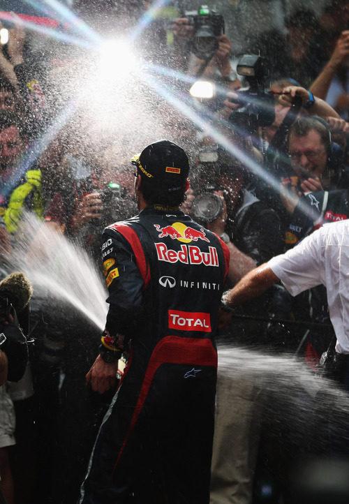 Webber celebra el triunfo con la prensa en Mónaco