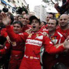 Fernando Alonso celebra con su equipo el liderato del Mundial