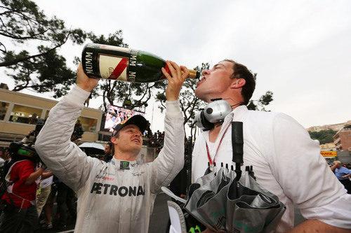 Nico Rosberg da champán a sus mecánicos en Mónaco