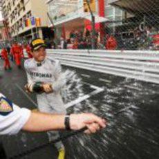 Nico Rosberg descorcha el champán en Montecarlo