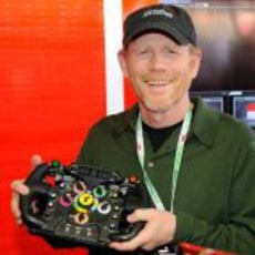 Ron Howard, director de 'Rush', con un volante de Ferrari