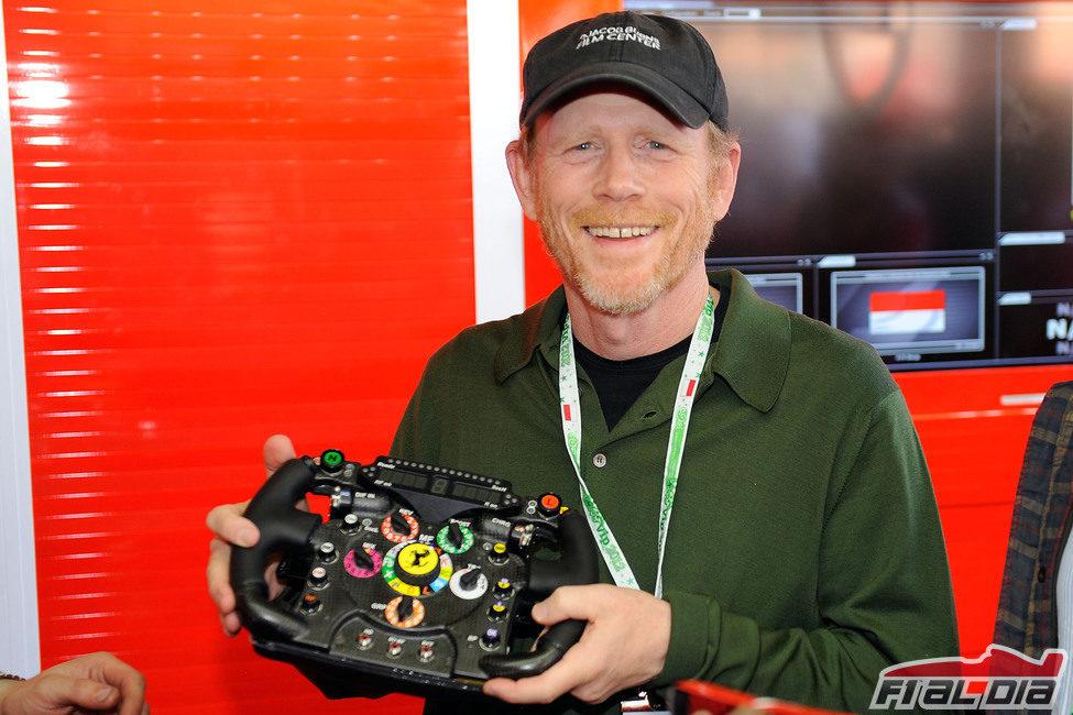 Ron Howard, director de 'Rush', con un volante de Ferrari