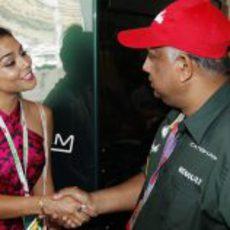 Vanessa Hudgens saluda a Tony Fernandes en Mónaco