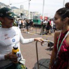 Heikki Kovalainen conoce a Vanessa Hudgens en Mónaco