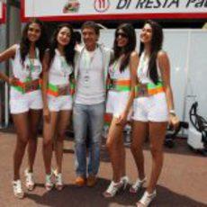 Antonio Banderas con las chicas de Force India en Mónaco