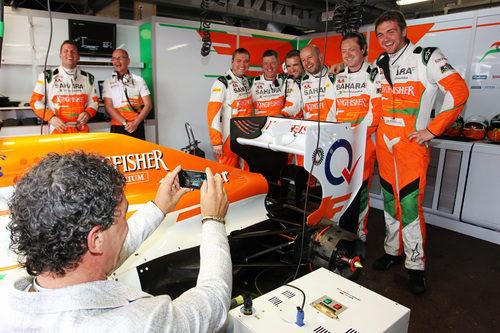 Antonio Banderas fotografía a los mecánicos de Force India