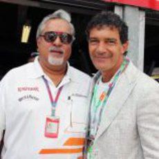 Vijay Mallya y Antonio Banderas en Mónaco 2012