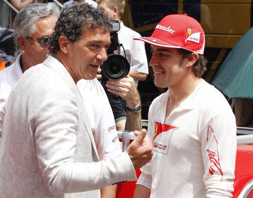 Antonio Banderas saludó a Fernando Alonso en la parrilla del GP de Mónaco 2012