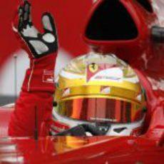 Fernando Alonso saluda al público al acabar la carrera de Mónaco