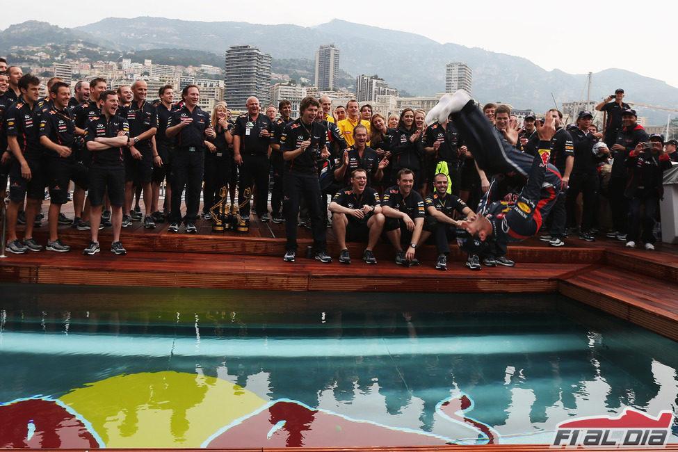 Mark Webber se tiró a la piscina en Mónaco
