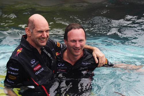 Adrian Newey y Christian Horner en la piscina de Red Bull