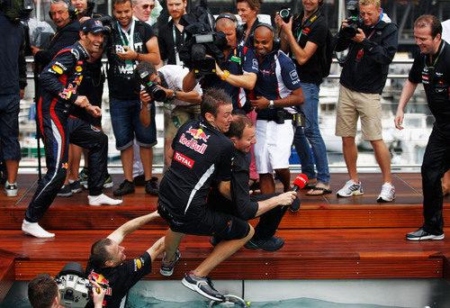 Tiran a Martin Brundle a la piscina de Red Bull