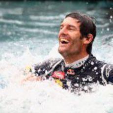 Mark Webber bañándose en la piscina de Red Bull
