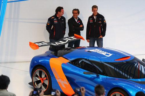 Christian Horner, Alain Prost y Sebastian Vettel admiran el Alpine 110-50