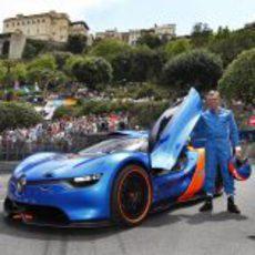 Alpine 110-50 y su piloto en Mónaco