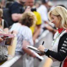 María de Villota firma autógrafos en Mónaco 2012
