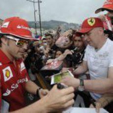Fernando Alonso firma autógrafos a los aficionados en Mónaco