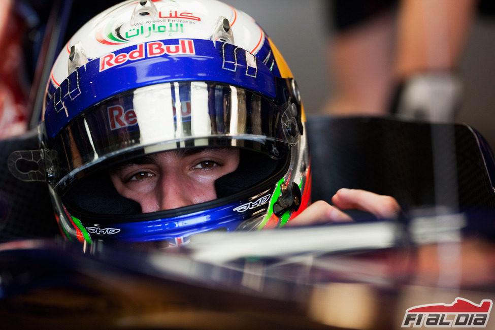 Daniel Ricciardo sentado en su Toro Rosso