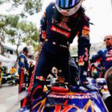 Jean-Eric Vergne se sube a su Toro Rosso en Mónaco